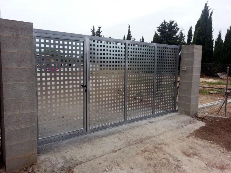 Correderas construcciones met licas cerrisan alicante for Puertas para fincas